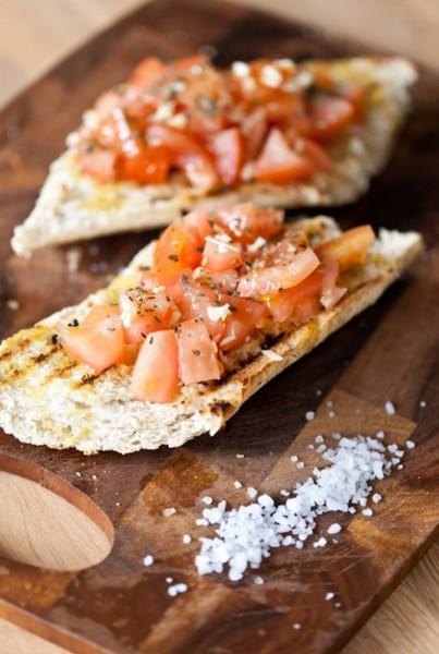 Брускети с нарязани домати, натрошено сирене и сух босилек