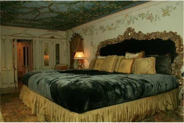 Пищна спалня в имението на Версаче в Маями