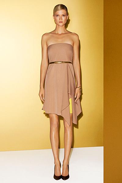 Бежова рокля без презрамки с асиметрична дължина Gucci 2012