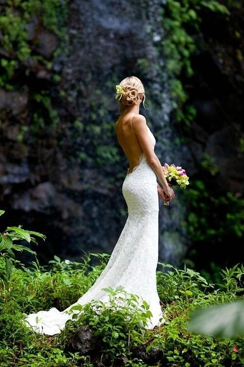 Булчинска рокля с гол гръб