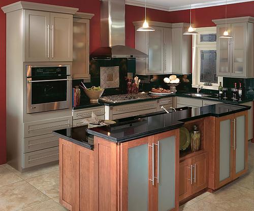 Кухня с бар плот с шкафчета