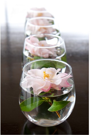 Нежна сватбена украса с цвете в чаша