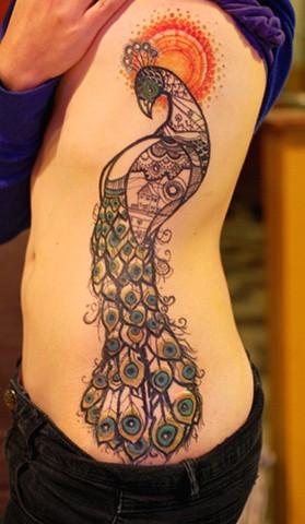 Голяма татуировка паун отстрани на тялото