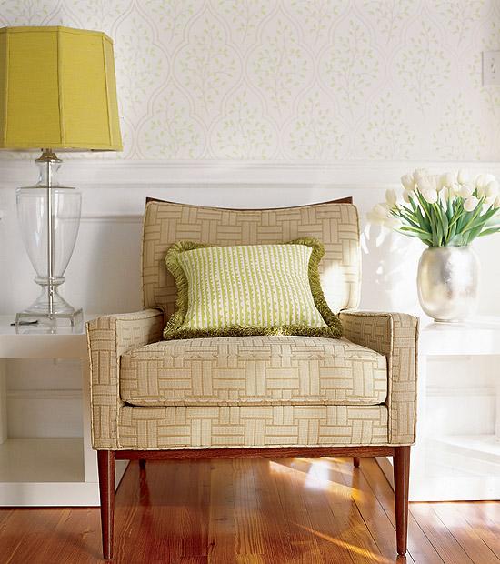 Лампа с жълт абажур на малка масичка