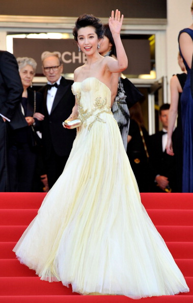 Ли Бингбинг в бяла рокля със златисти украшения Кан 2012