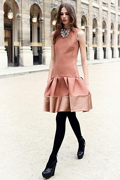 Розова рокля с разкроена пола на волани Dior Предесенна колекция 2012