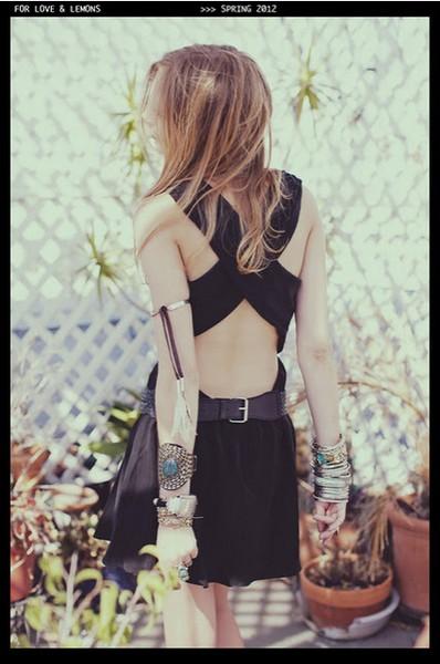 Малка черна рокля с преплетени презрамки на гърба