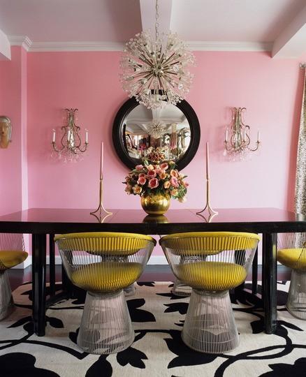 Интериор трапезария с розови стени, черна маса и жълти столове с кристални лампи