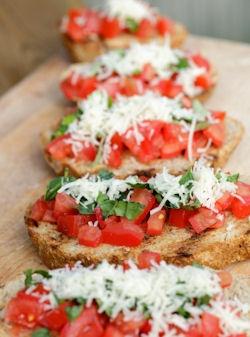 Семпли брускети с домат, босилек и настърган пармезан
