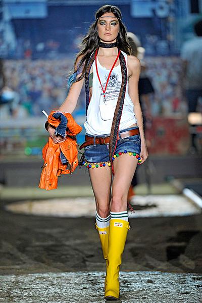 Къси дънкови панталонки с цветни висулки и бял топ Dsquared2 Пролет-лято 2012