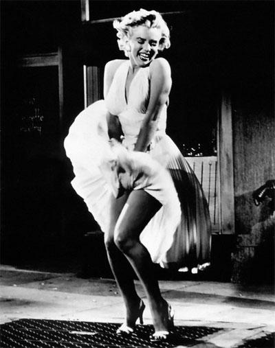 Прочутата бяла разкроена рокля на Мерилин Монро по модел на Travilla от 1955 г.