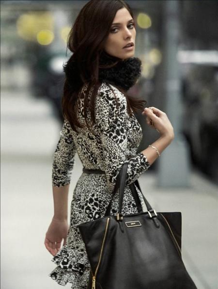 Ашли Грийн в рокля на бели и черни шарки с делова кожена чанта DKNY есен 2012