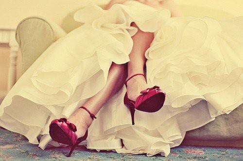 Официални червени обувки на ток с каишка около глезена