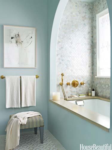 Баня в бледо синьо с плочки мозайка и вана