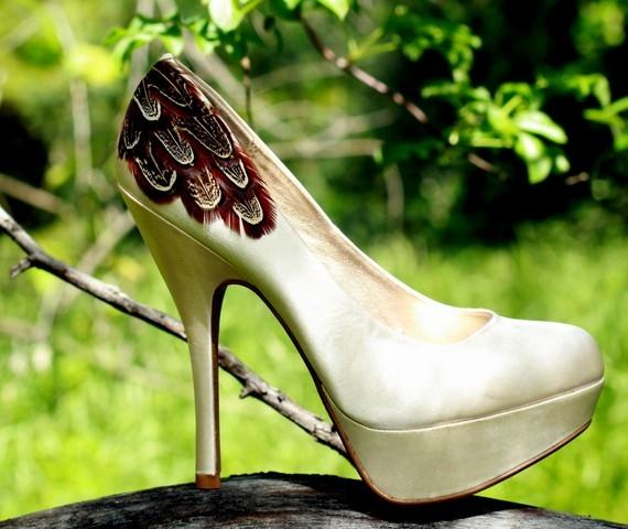 Супер високи златисти обувки на ток с платформа декорация пера