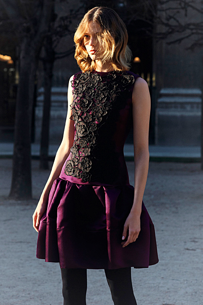 Тъмно лилава рокля с бродерия в черно