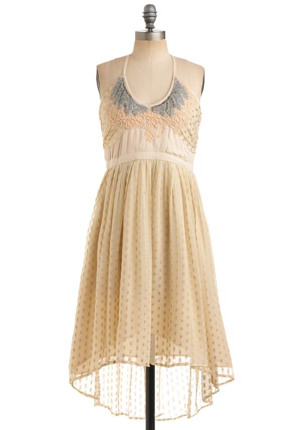 Кремава рокля с пола от тюл и тънка презрамка около врата