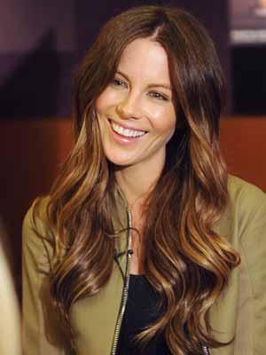 Кейт Бекинсейл прическа за дълга коса на секси вълни