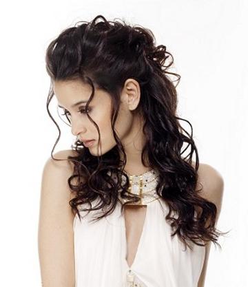 прическа за къдрава коса