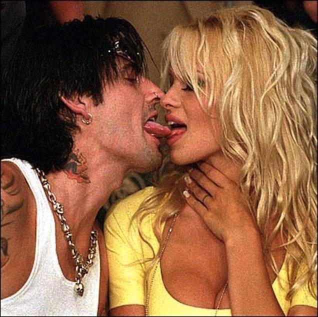 Памела Андерсън и Томи Лий се целуват