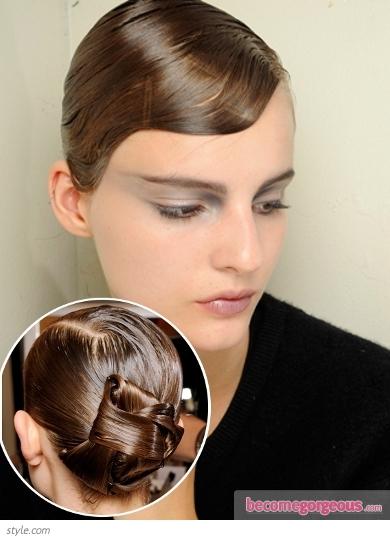 Зализана настрани вълнообразно коса в нисък кок панделка Аrmani Prive