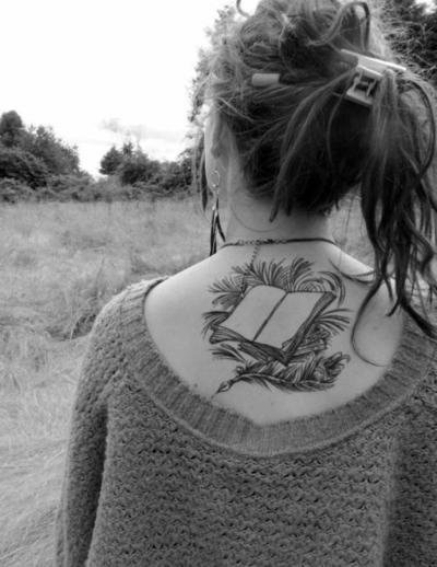 Татуировка книга на гърба