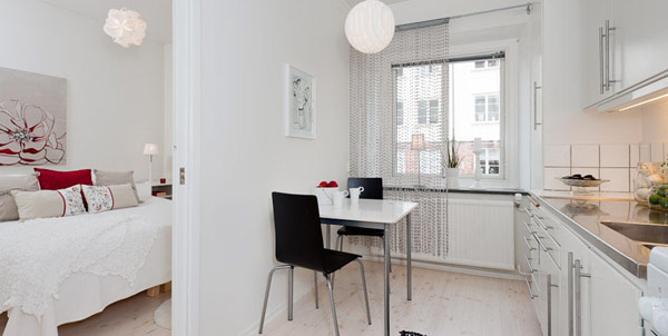 Малък и свеж апартамент - маса с два стола