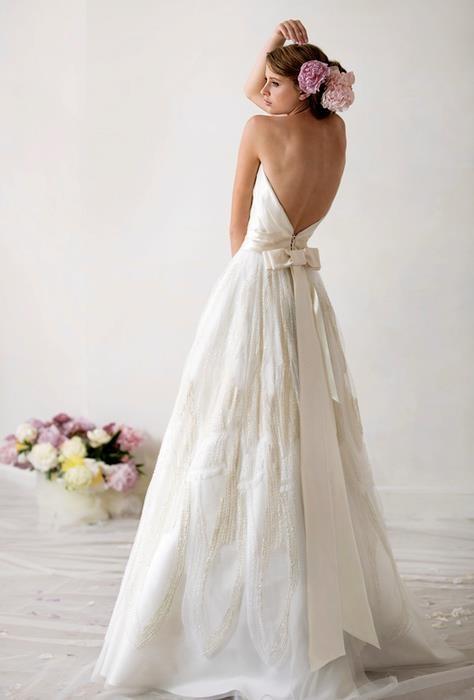 Семпла булчинска рокля с гол гръб и панделка на талията