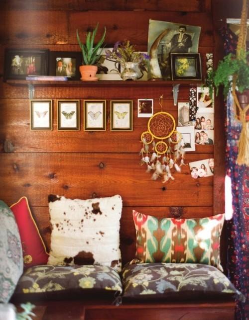 Уютно малко диванче, дървени стени, малки картини