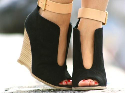 Ултра стилни отворени чернио обувки на платформа с каишка около глезена