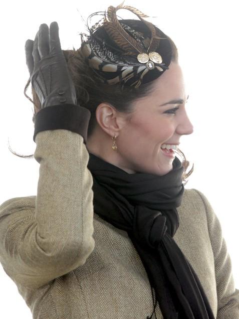 Една от най-красивите шапки на Кейт - малка с пера и перли
