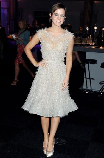Ема в женствена рокля Elie Saab и бижута Chopard