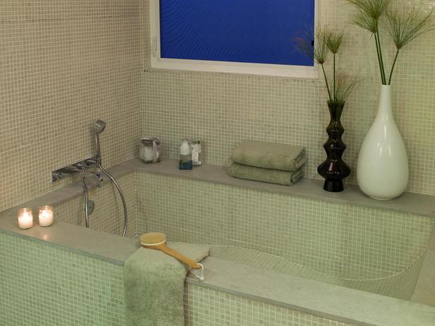 Дизайн за баня с вградена вана с плочки мозайка