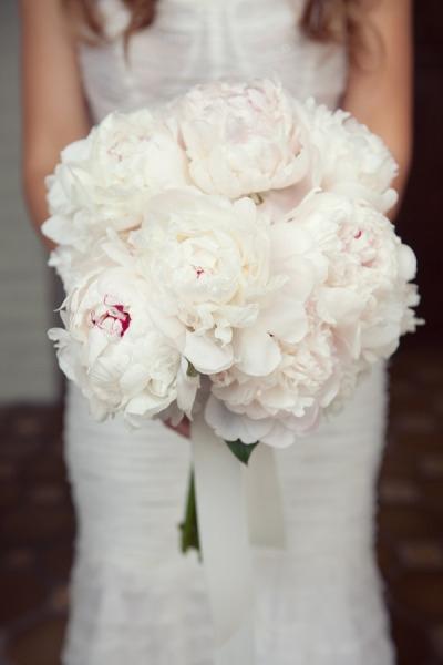 Сватбен букет от бели божури
