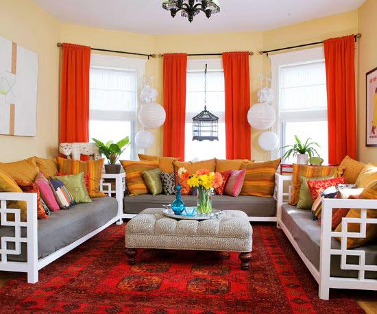 Интериор за хол с червени завеси и червен килим