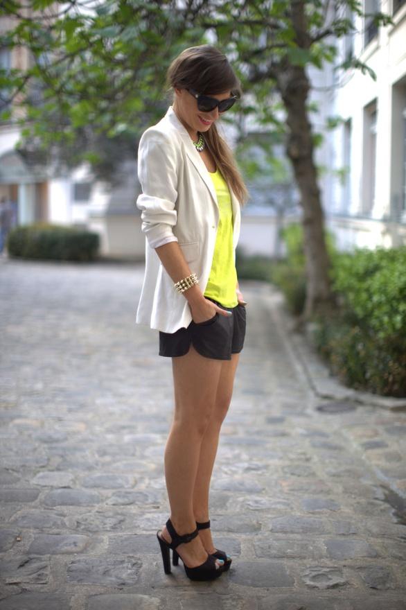 Къси черни панталонки, свеж ярък топ и бял блейзър за работещото момиче