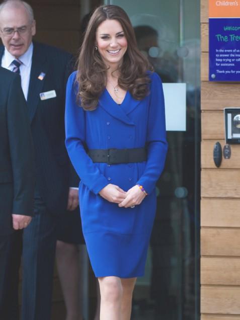 Кейт Мидълтън в турско синя рокля с широк колан