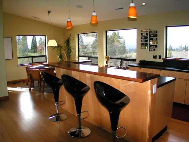 Кухня с бар плот със столчета