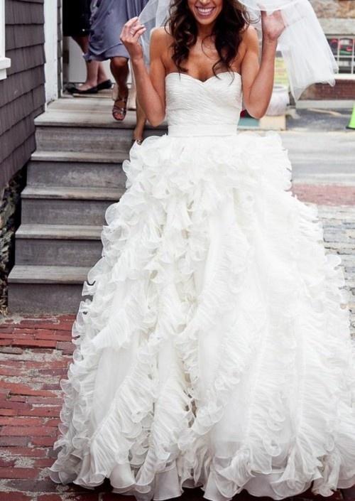 Булчинска рокля без презрамки тип бална с много пластове