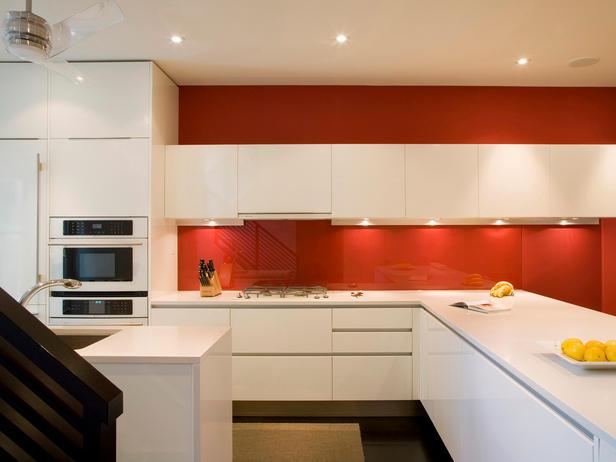 Модерна кухня с червени стени и бели шкафчета