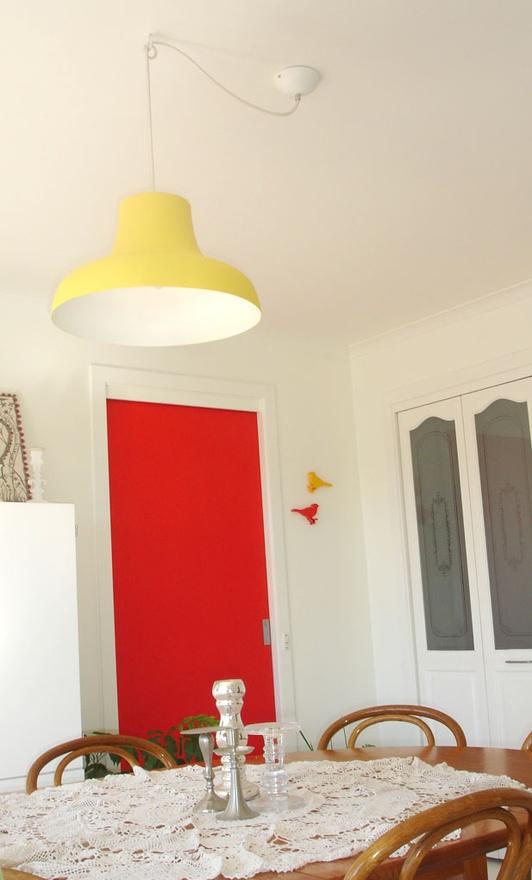 Жълта лампа в кухнята