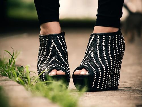Черни обувки на платформа с отворени пръсти декорирани  с мъниста