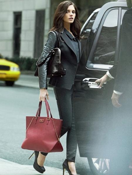 Ашли Грийн в дънки и сако с червена кожена чанта DKNY есен 2012
