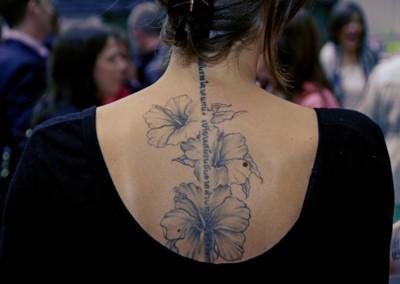 Татуировка хибискуси по гръбнака