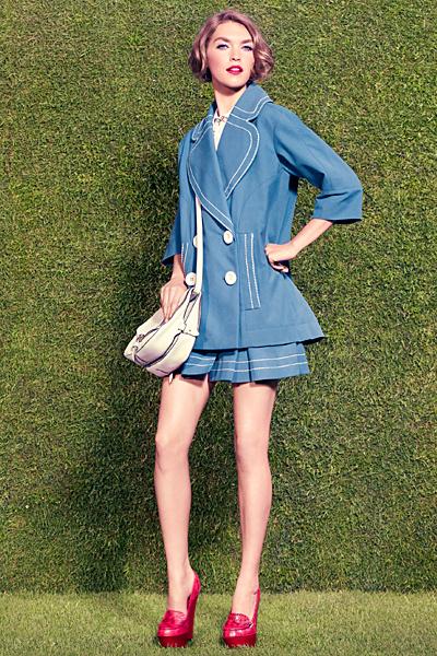Къса разкроена пола в синьо и широко сако Louis Vuitton ваканционна колекция 2012