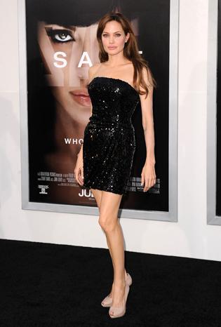 Анджелина в лъскава мини рокля Armani и фамозни обувки Ferragamo