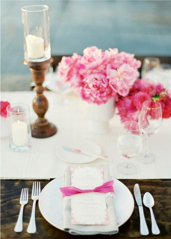Красива маса с бял порцелан и розови божури