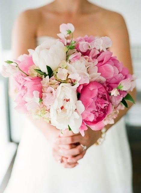 Красив сватбен букет с розови и бели цветя
