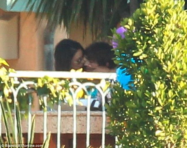 Деми Мур Мартин Хендерсън се целуват