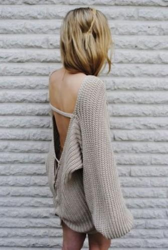 Плетен пуловер с остро изрязан гръб